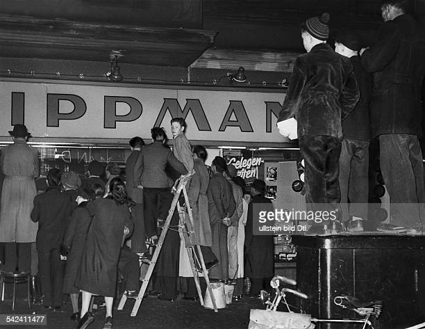 Passanten und Zuschauer vor dem Schaufenster eines Fernsehgeschäftes in Berlin bei der Übertragung des Länderspiels England Deutschland aus dem...