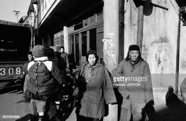 Passants dans une rue en décembre 1977 à Shanghaï Chine