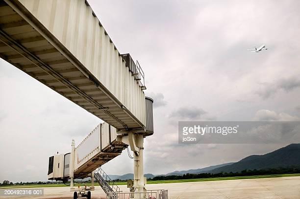 Passenger boarding tunnel