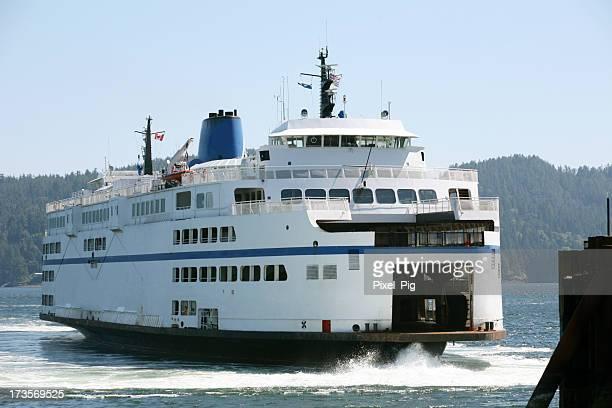 Ferry arrivant au Pier à proximité de Vancouver, Canada