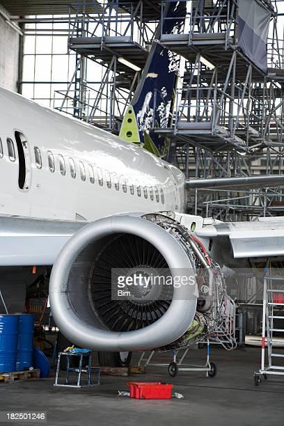 Avion de passagers dans le Hangar pour l'entretien