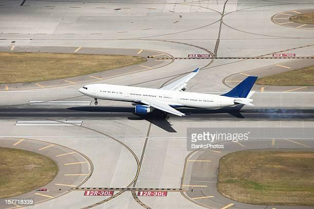 旅客ジェットを着陸のランウェイで、タイヤ、上からの眺め(禁煙)