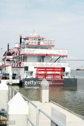 Passenger ship in a river, Talmadge Bridge, Savannah River, Savannah, Georgia, USA : Foto de stock