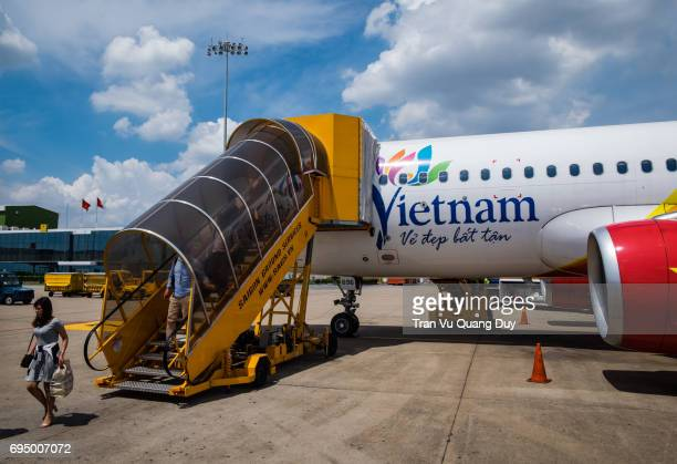 Passengers are boarding and boarding at Tan Son Nhat Airport.