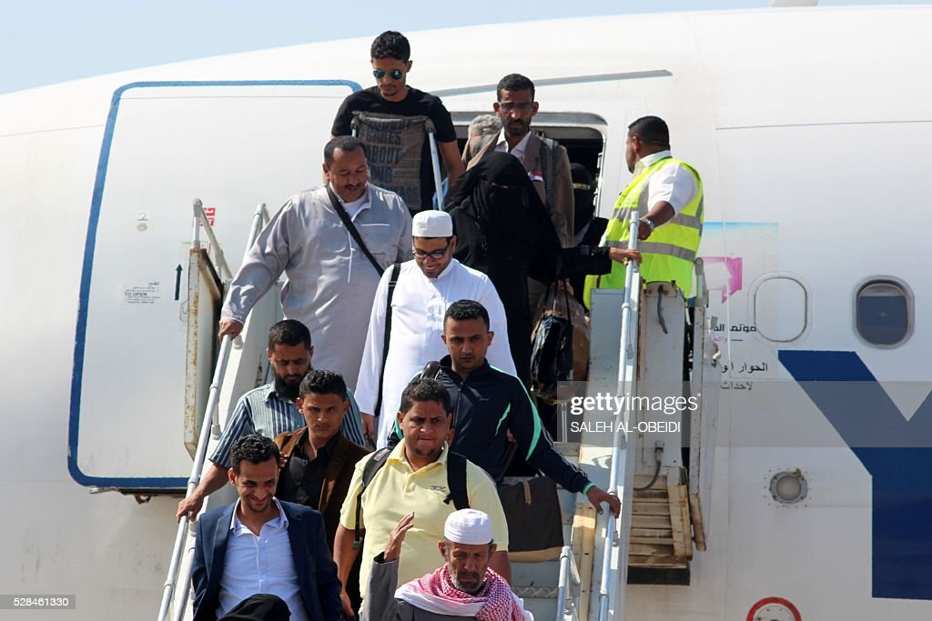 Passengers disembark from a Yemenia aircraft coming from Jordan on May 5, 2016 at the International Airport of the southern port city of Aden, as the first passenger plane landed after the airport reopened after months of closure due to security issues. Yemeni Minister of Transport Murad Alhalmi announced that flights to and from Aden International Airport will resume operations as of May 5. / AFP / SALEH