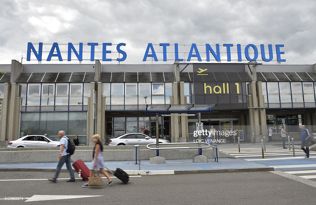 Passengers leave the Nantes-Atlantique airport in Bouguenais the Nantes-Atlantique airport in Bouguenais, suburb of Nantes, on June 25, 2016, the day before a local referendum in Loire Atlantique to transfer the Nantes Atlantique airport to Notre-Dame-des-Landes. / AFP / LOIC