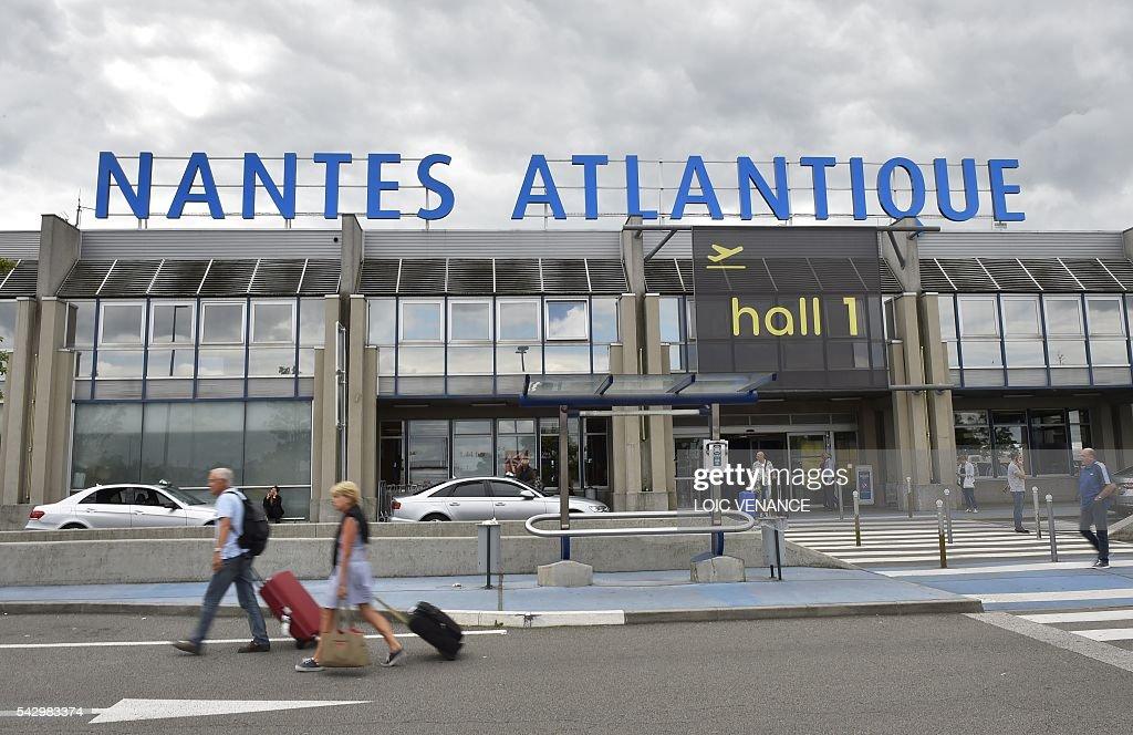 Passengers leave the Nantes-Atlantique airport in Bouguenais the Nantes-Atlantique airport in Bouguenais, suburb of Nantes, on June 25, 2016, the day before a local referendum in Loire Atlantique to transfer the Nantes Atlantique airport to Notre-Dame-des-Landes. / AFP / LOIC