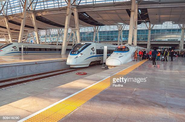 Passagiere Bahnwärter, Gepäck, Koffer in Süden Eisenbahn Station, Peking, China