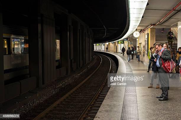 Passagiere warten auf dem Bahnhof in Brüssel