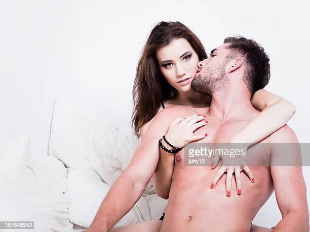Couple passionné sur le lit