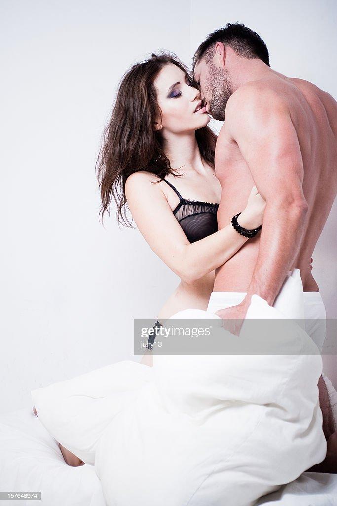 情熱的なカップルのベッドの上 : ストックフォト