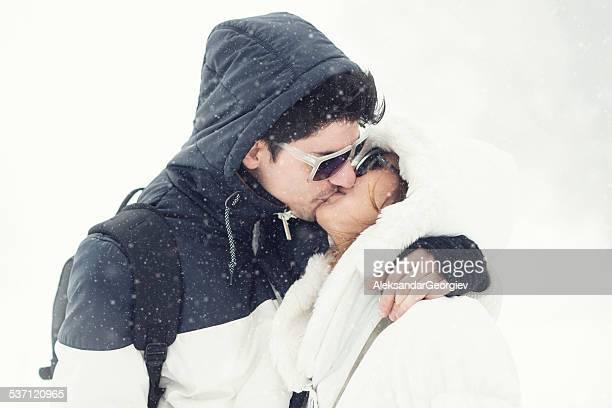 Leidenschaftliche junge Paar Küssen im Schnee im Winter