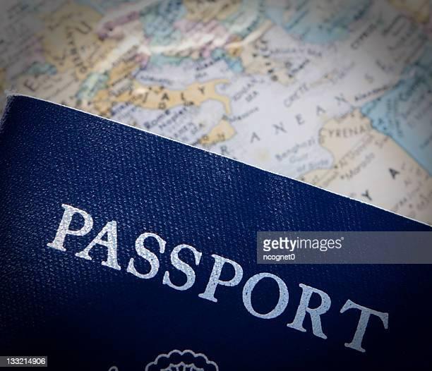 Passaporto contro la mappa del mondo