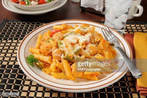 Pasta con espárragos y camarones : Foto de stock