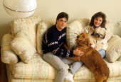 Pat LaFontaine of the New York Islanders sits on the couch with his wife Mary Beth and their dogs circa 1985 at their home in New York
