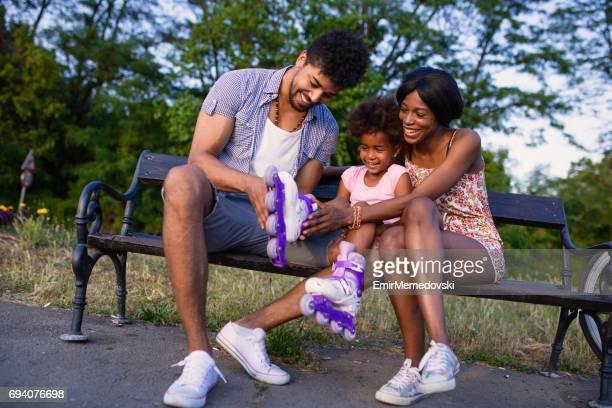 Patente, die Unterstützung ihrer Tochter mit Rollschuhen