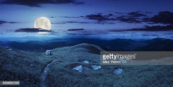 Weg zwischen den Steinen auf dem Berggipfel in der Nacht : Stock-Foto