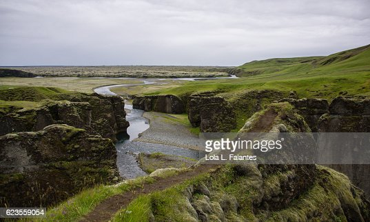 Path over Fjaðrárgljúfur canyon : Foto de stock