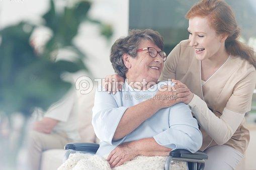 Patienten und Betreuer verbringen Zeit zusammen : Stock-Foto