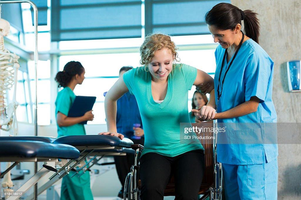 Paziente riceve terapia fisica : Foto stock