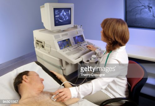 Patient taking a echocardiogram : Stockfoto