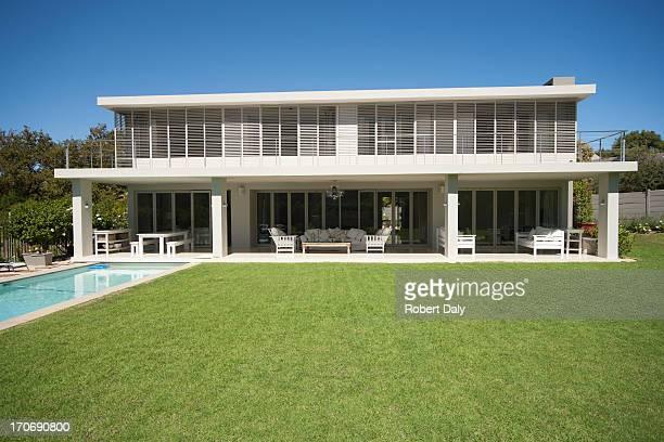 Patio et piscine de maison moderne