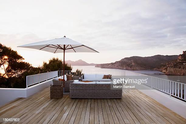 Un mobilier d'extérieur sur terrasse moderne