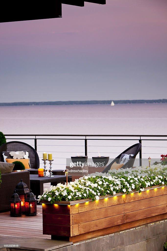 Terrasse mit Blick auf den See in der Dämmerung : Stock-Foto