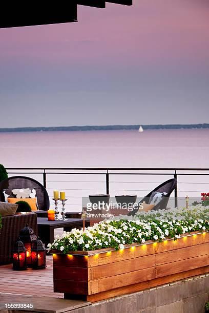 Terrasse mit Blick auf den See in der Dämmerung