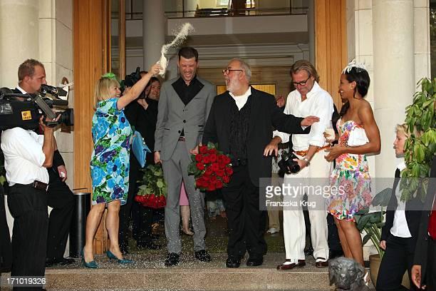 Patricia Riekel Wirft Reis Bei Der Hochzeit Von Udo Walz Und Carsten Thamm Im Japanischen Garten Im Hotel Brandenburger Hof In Berlin Am 260708