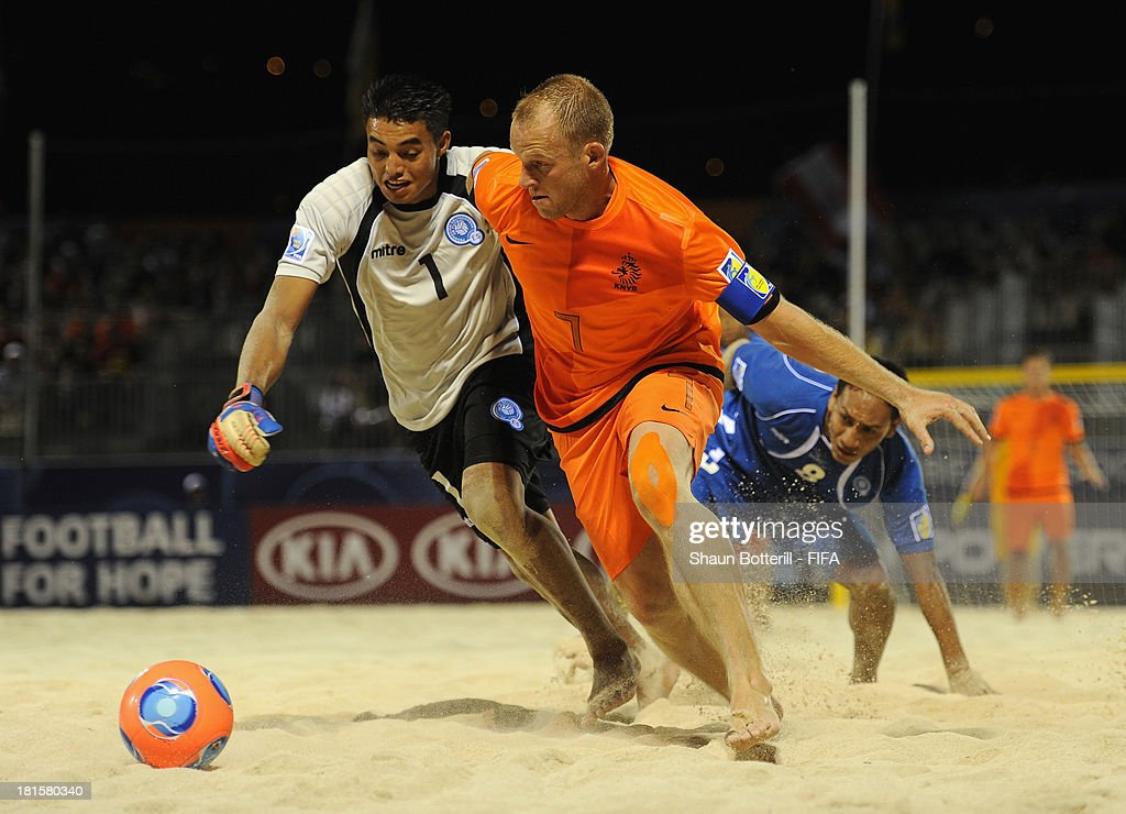 Patrick Ax of Netherlands is challenged by Herbert Ramos during the FIFA Beach Soccer World Cup Tahiti 2013 Group B match between El Salvador and Netherlands at the Tahua To'ata stadium on September 21, 2013 in Papeete, French Polynesia.