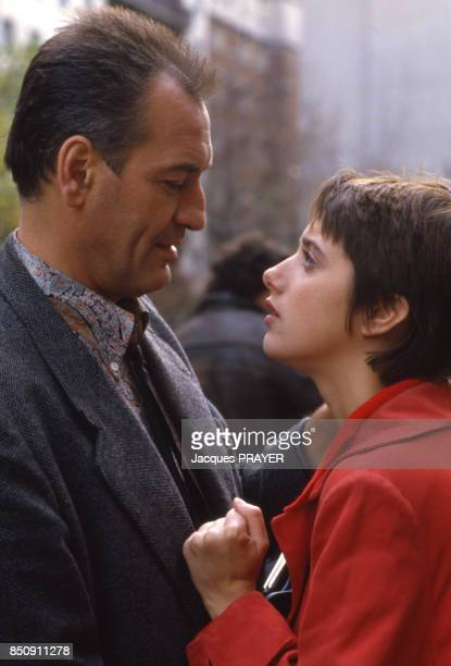 Patrick Bauchau et Sandrine Dumas sur le tournage du film 'Accroche Coeur' à Paris en novembre 1986 France