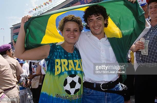 Patrick Bruel Attends The Final Soccer World Cup 1994 En Californie au Stade de Pasadena Patrick BRUEL tenant le drapeau brésilien en compagnie de...