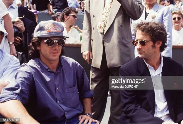 Patrick Bruel et Vincent Lindon dans les tribunes lors des Internationaux de France de tennis au stade RolandGarros le 31 mai 1992 à Paris France