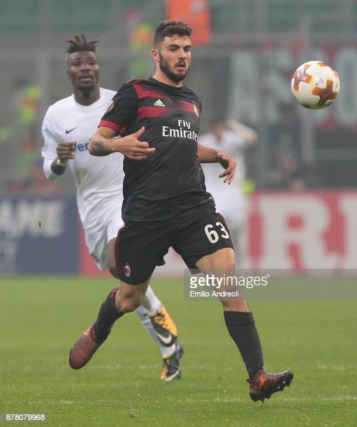 Patrick Cutrone of AC Milan looks the ball during the UEFA Europa League group D match between AC Milan and Austria Wien at Stadio Giuseppe Meazza on...