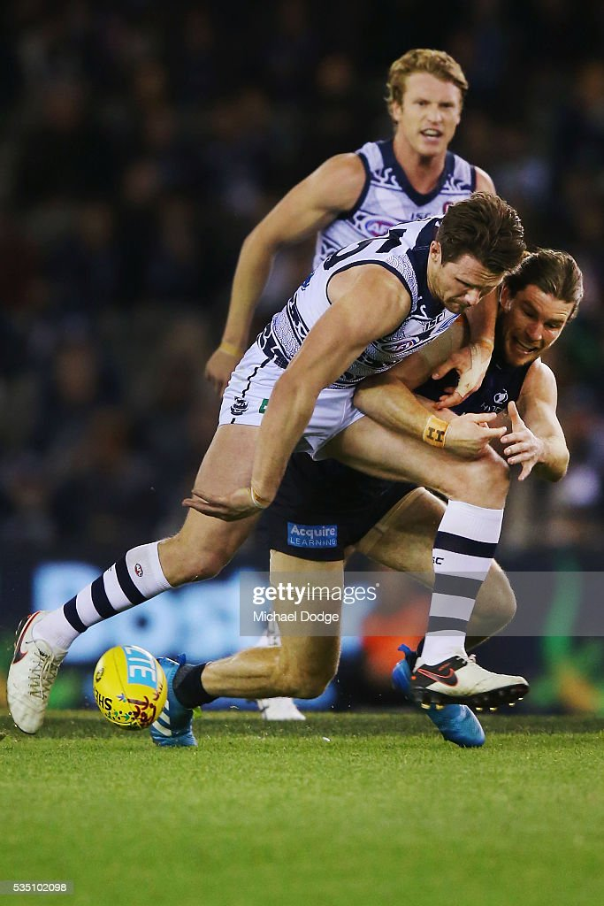 <a gi-track='captionPersonalityLinkClicked' href=/galleries/search?phrase=Patrick+Dangerfield&family=editorial&specificpeople=4479400 ng-click='$event.stopPropagation()'>Patrick Dangerfield</a> of the Cats (L) and <a gi-track='captionPersonalityLinkClicked' href=/galleries/search?phrase=Bryce+Gibbs+-+Australian-Football-Spieler&family=editorial&specificpeople=14712789 ng-click='$event.stopPropagation()'>Bryce Gibbs</a> of the Blues compete for the ball during the round 10 AFL match between the Carlton Blues and the Geelong Cats at Etihad Stadium on May 29, 2016 in Melbourne, Australia.