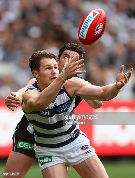 Patrick Dangerfield of the Cats attempts to mark infront of Scott Pendlebury of the Magpies during the round nine AFL match between the Collingwood...