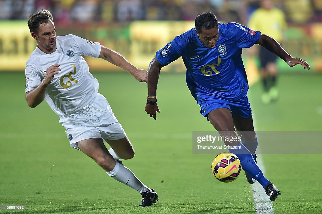 <a gi-track='captionPersonalityLinkClicked' href=/galleries/search?phrase=Patrick+Kluivert&family=editorial&specificpeople=167278 ng-click='$event.stopPropagation()'>Patrick Kluivert</a> (R) of Team Cannavaro runs with the ball against Ronald de Boer (L) of Team Figo during the Global Legends Series match at the SCG Stadium on December 5, 2014 in Bangkok, Thailand.