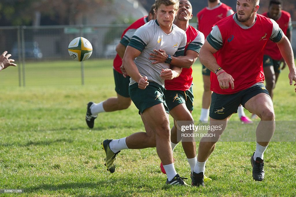 Patrick Lambie (C) takes part in the South Africa's national rugby team Springbok training after the announcement of the new captain appointment on 30 May, 2016 in Stellenbosch, near Cape town. Adriaan Strauss will captain South Africa in a three-Test home series against Ireland during June, new national coach Allister Coetzee announced Monday in Stellenbosch near Cape Town. / AFP / RODGER