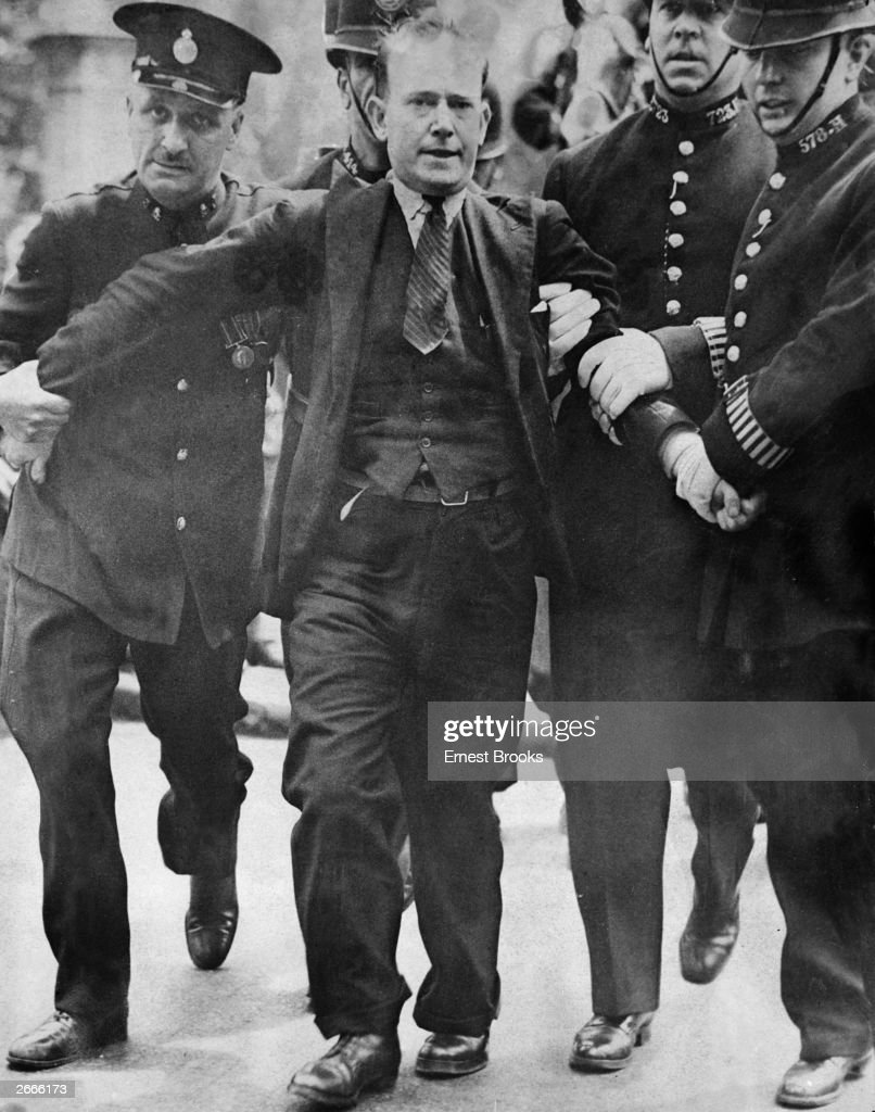 Patrick McMahon being arrested after trying to shoot King Edward VIII in Constitution Hill, London.