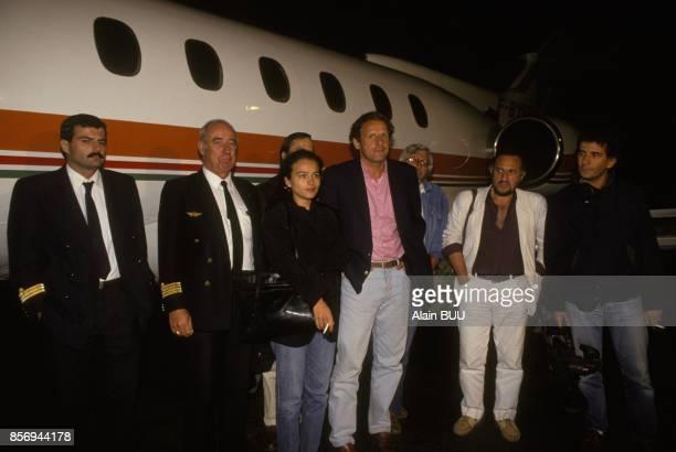 Patrick Poivre d'Arvor a l'aeroport de retour d'Irak avec l'equipe de TF1 pendant la crise du Golfe le 21 aout 1990 a Le Bourget France