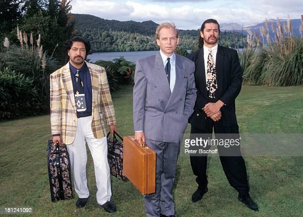 Patrick Ryecart Einheimische Maoris PRO 7 Serie 'Glueckliche Reise ' Folge 10 'Neuseeland' Rotorua/Neuseeland TaraweraSee Tasche Koffer Schauspieler...