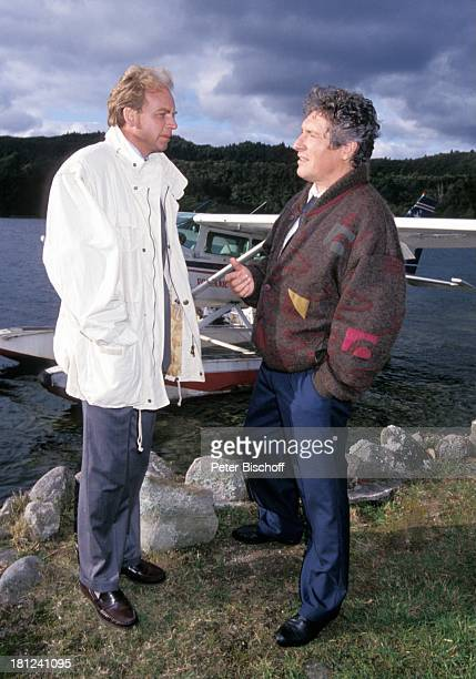 Patrick Ryecart Volker Brandt neben den Dreharbeiten zur PRO 7 Serie 'Glueckliche Reise ' Folge 10 'Neuseeland' Rotorua/Neuseeland TaraweraSee...