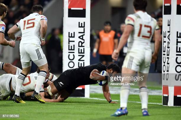 Patrick Tuipulotu of New Zealand scores a Try during the rugby test match between France and New Zealand at Stade des Lumieres on November 14 2017 in...