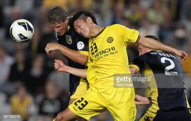 Patrick Zwaanswijk of the Mariners heads the ball against Watanabe Hirofumi of Kashiwa during the AFC Champions League match between the Central...