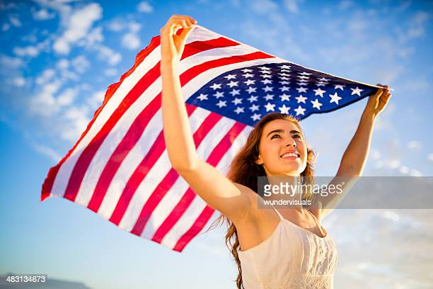 Patriot Frau hält Amerikanische Flagge