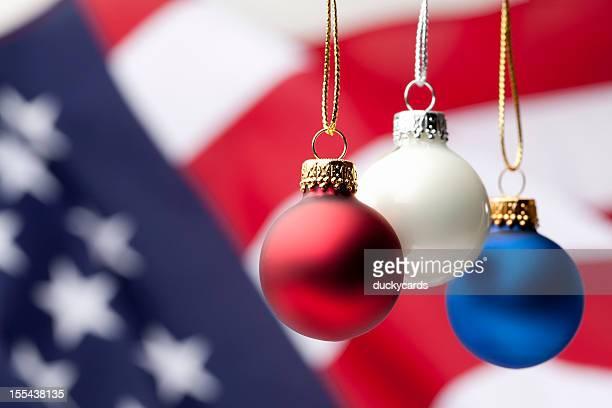 Patriotische Weihnachtsornamente und USA-Flagge