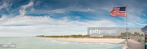 愛国心ピアパノラマに広がる湾の海ビーチフロリダ州(米国)
