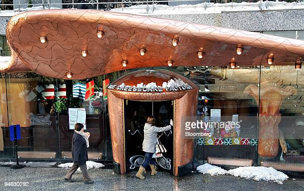Patrons enter a Cheesecake Factory restaurant in Chicago Illinois US on Wednesday Dec 19 2007 Nelson Peltz the billionaire investor who pressured HJ...