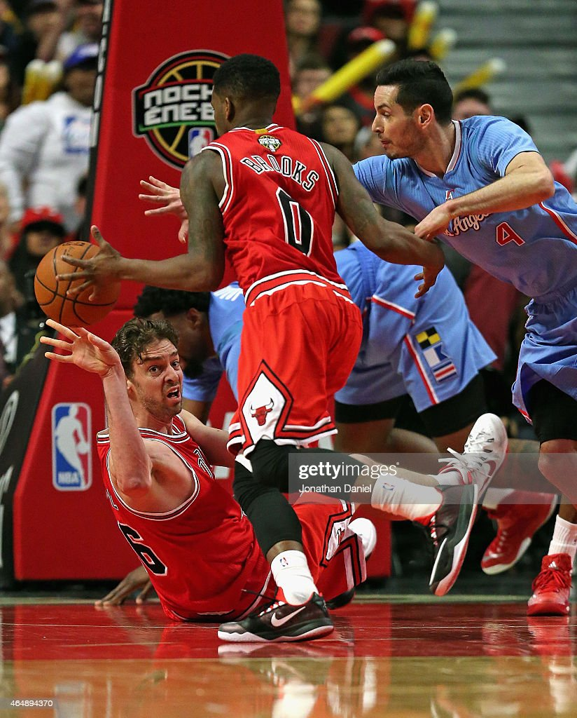 <a gi-track='captionPersonalityLinkClicked' href=/galleries/search?phrase=Pau+Gasol&family=editorial&specificpeople=201587 ng-click='$event.stopPropagation()'>Pau Gasol</a> #16 of the Chicago Bulls passes the ball to <a gi-track='captionPersonalityLinkClicked' href=/galleries/search?phrase=Aaron+Brooks+-+Jogador+de+basquete&family=editorial&specificpeople=7133652 ng-click='$event.stopPropagation()'>Aaron Brooks</a> #0 from the floor as <a gi-track='captionPersonalityLinkClicked' href=/galleries/search?phrase=J.J.+Redick&family=editorial&specificpeople=211608 ng-click='$event.stopPropagation()'>J.J. Redick</a> #4 of the Los Angeles Clippers pressures at the United Center on March 1, 2015 in Chicago, Illinois. The Clippers defeated the Bulls 96-86.